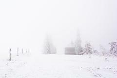 Chalet umgeben durch die schneebedeckten und gefrorenen Ebenen lizenzfreies stockfoto