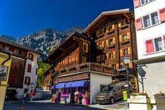 Chalet und Hotels im Schweizer Dorf in den Alpen, Leukerbad, Leuk, Kraft lizenzfreie stockfotografie