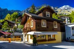 Chalet und Hotels im Schweizer Dorf in den Alpen, Leukerbad, Leuk, Kraft stockfotografie