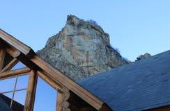 Chalet van hout voor de rotsen royalty-vrije stock foto's