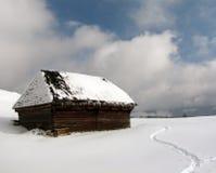 Chalet viejo en invierno imagenes de archivo