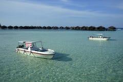 Chalet y barco del agua Imagen de archivo