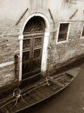 Chalet y góndola de Venecia Imagen de archivo libre de regalías