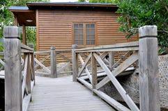 Chalet y jardín de madera Fotografía de archivo