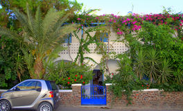 Chalet y jardín encantadores, Kamari, Santorini Foto de archivo
