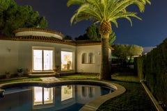 Chalet y palma agradables en la noche en España Imagen de archivo libre de regalías