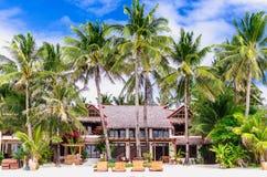 Chalet y palmeras de lujo en la playa blanca en Boracay Imagenes de archivo