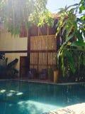 Chalet y piscina del centro turístico Fotos de archivo