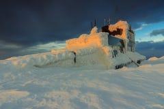 Chalet y puesta del sol, montañas de Bucegi, Cárpatos, Rumania de la montaña Foto de archivo