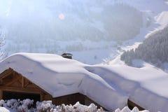 Chaletdach unter dem Schnee stockfoto