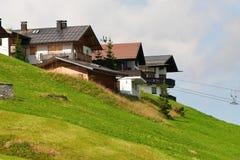 Chalets alpestres en la colina. Tiempo de verano Fotos de archivo libres de regalías