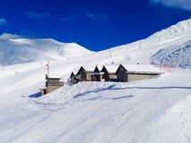 Chalets alpinos del estilo en las montañas francesas, Francia Fotografía de archivo libre de regalías