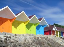 Chalets colorés de plage de bord de la mer Images libres de droits