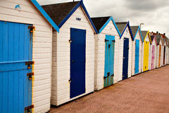 Chalets colorés sur le bord de mer de paignton, Devon, R-U Photographie stock libre de droits