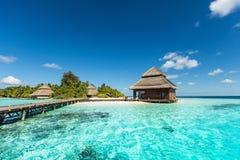 Chalets de la playa en la pequeña isla tropical Imagenes de archivo