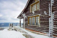 Chalets de madera de la cabaña en las montañas Imágenes de archivo libres de regalías