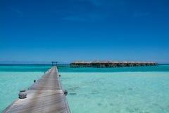 Chalets del agua en el océano en Maldivas Imagen de archivo libre de regalías