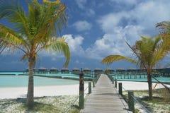 Chalets del agua encontrados en el complejo playero de Maldivas Imagen de archivo libre de regalías