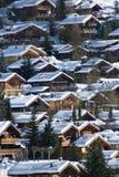 Chalets del pueblo de montaña Fotos de archivo