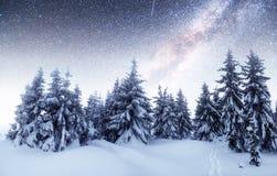 Chalets in den Bergen nachts unter den Sternen Höflichkeit der NASAs Magisches Ereignis am eisigen Tag Im Erwartungsth Stockbild