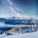 Chalets in den Bergen nachts unter den Sternen Höflichkeit der NASAs Magisches Ereignis am eisigen Tag Im Erwartungsth Stockfoto