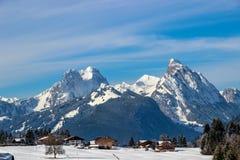 Chalets devant le bli de ¼ de Gummfluh et de RÃ, Saannemöser, Suisse Photographie stock