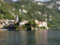 Chalets en la ciudad de Varenna en la orilla del lago Como Imagenes de archivo