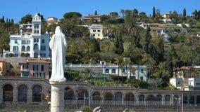 Chalets en la ladera y la estatua de St Mary en la Riviera italiana almacen de metraje de vídeo