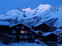 Chalets la nuit en ressource de l'hiver Photo stock