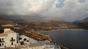 Chalets sobre el lago en Grecia en día cubierto almacen de video