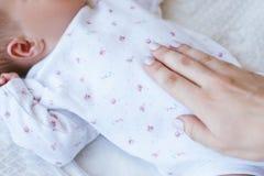 Chaleur maternelle et s'occuper d'un bébé nouveau-né Image libre de droits