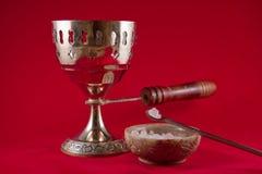 Chalice do incenso do ouro no fundo vermelho de veludo Fotos de Stock