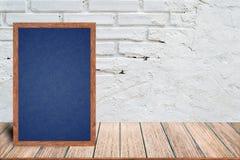 Chalkboard drewna rama, blackboard szyldowy menu na drewnianym stole z ceglanym tłem i zdjęcia stock