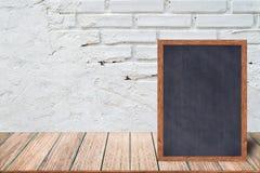 Chalkboard drewna rama, blackboard szyldowy menu na drewnianym stole z ceglanym tłem i