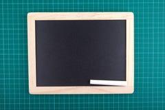 Chalkboard i kreda na sprawdzać zielonym backgrond zdjęcie stock