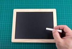Chalkboard i kreda na sprawdzać zielonym backgrond, przestrzeń dla teksta zdjęcie stock