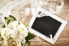 Chalkboard z biel róży bukietem i Koronkową przesłoną obrazy royalty free