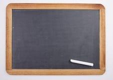 Chalkboard z kawałkiem kreda zdjęcia stock