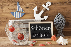 Chalkboard Z lato dekoracją, Schoenen Urlaub Znaczy Szczęśliwych wakacje Obraz Royalty Free