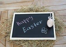 Chalkboard z tekst Szczęśliwą wielkanocą i Dekoracyjnym jajkiem Zdjęcie Stock