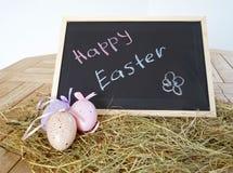Chalkboard z tekst Szczęśliwą wielkanocą i dekoracyjnymi jajkami Obraz Royalty Free