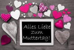 Chalkbord avec beaucoup de coeurs roses, Muttertag signifie le jour de mères Image libre de droits