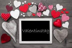 Chalkbord avec beaucoup de coeurs rouges, jour de valentines de moyen de Valentinstag Image stock
