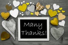 Chalkbord blanco y negro, corazones amarillos, muchas gracias Imagen de archivo libre de regalías