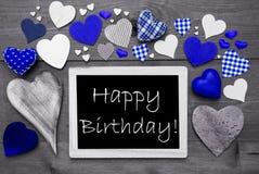 Chalkbord blanco y negro, muchos corazones azules, feliz cumpleaños Fotos de archivo