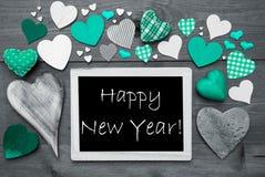 Chalkbord blanco y negro, muchos corazones verdes, Feliz Año Nuevo Imagen de archivo