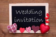 Chalkbord, coeurs rouges de tissu, invitation de mariage des textes Photos libres de droits
