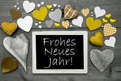 Chalkbord con los corazones amarillos, Neues Jahr significa Feliz Año Nuevo Imagen de archivo