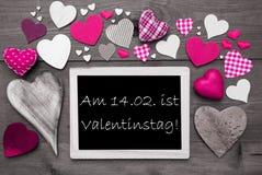 Chalkbord mit vielen rosa Herzen, Valentinstag bedeutet Valentinsgruß-Tag Stockbilder