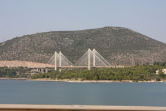 Chalkida,用大陆希腊连接Evia海岛反对蓝天的希腊新的索桥  免版税库存图片